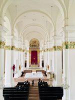 Weißstrahlender Innenraum der Jesuitenkirche
