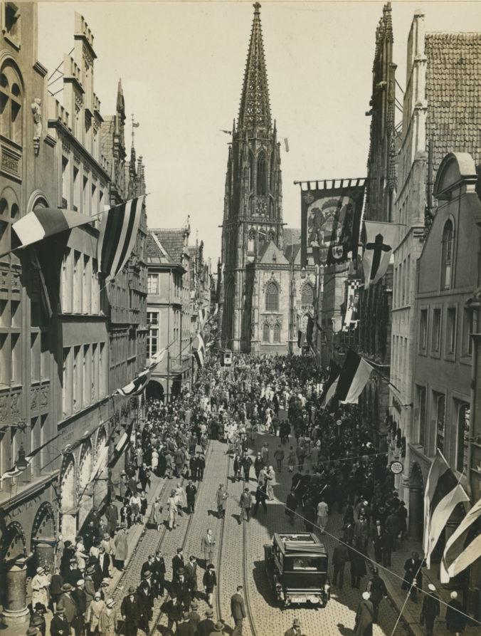 Vom 9. bis 13. Mai 2018 ist Münster Gastgeberin des 101. Katholikentags. Schon in den Jahren 1852, 1885 und 1930 hatten sich in Münster zahlreiche Gläubige zu diesem Großereignis versammelt. Über das letzte Treffen im Jahr 1930 informiert ab 4. Mai eine kleine Präsentation im Foyer des Stadtmuseums, mit zeitgenössischen Fotos und Abzeichen.
