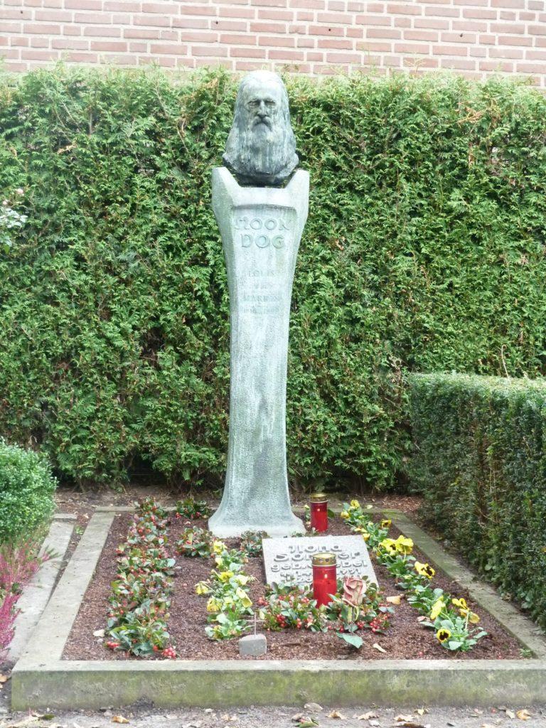 Das Grab von Moondog und Ilona Goebel (Sommer)