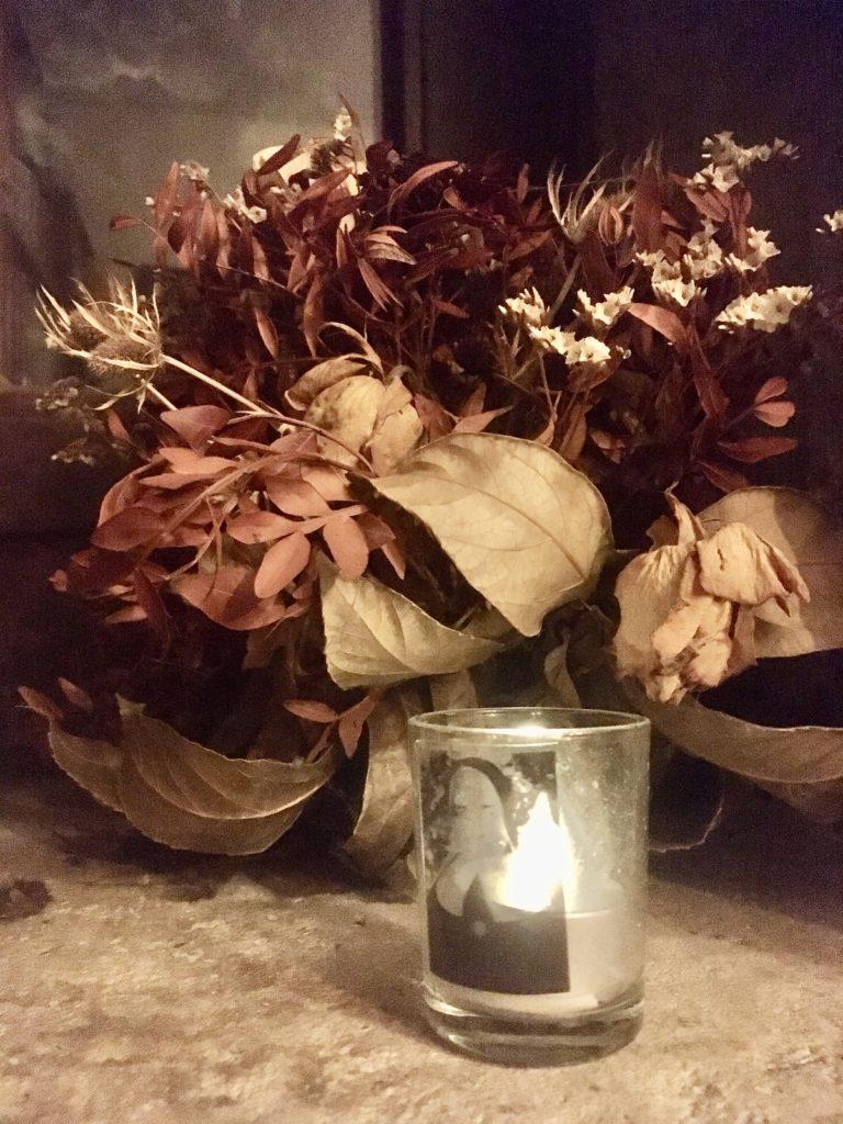 Getrockneter Blumenstrauß mit Schwester M. Euthymia-Kerze in der Türmerstube auf St. Lamberti